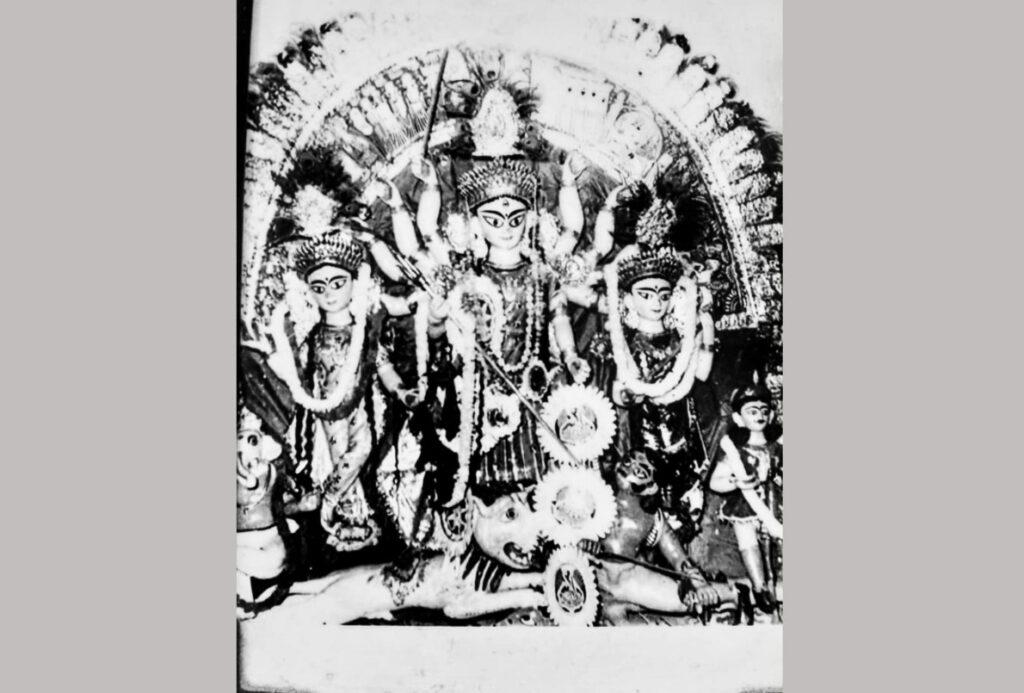 ব্যতিক্রমী দুর্গাপুজো : এখানে সন্ধিপুজোয় বাড়ির মেয়েরা মেতে ওঠেন সিঁদুর খেলায় 2